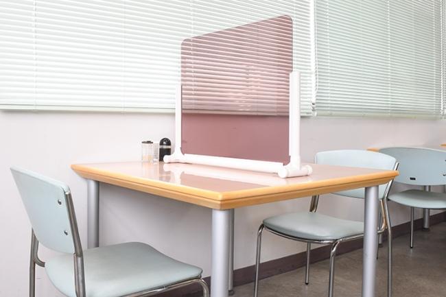 テーブル中央で、2人席を区切ります