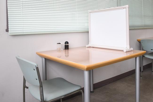 テーブル前方で、前への飛沫防止シールドになります