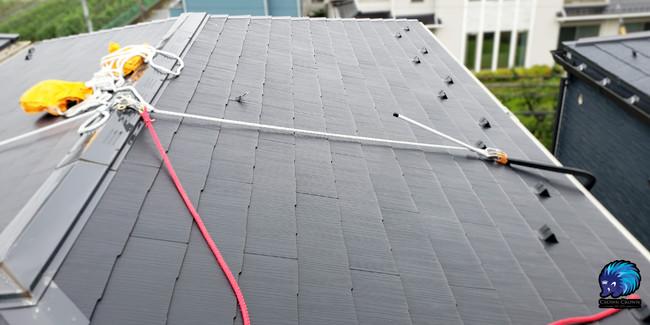 クラウンクラウンでは屋根上の作業は法令遵守に基づき命綱の設置およびフルハーネス、ヘルメットの装着をしている。