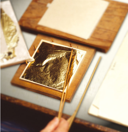 竹の刃物で四辺の縁を切り揃えて合紙にのせると 一回り小さく、縁が付いたように見えます。 このことから「縁付金箔」と呼ばれます。