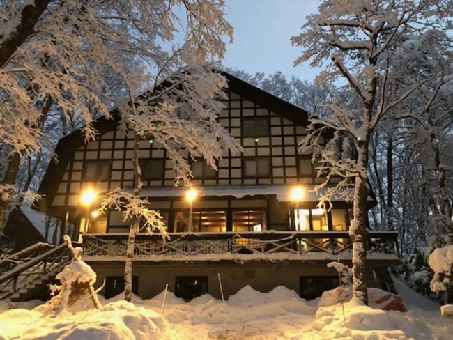 雪の幻想的な人気ロッジを貸切りで宿泊