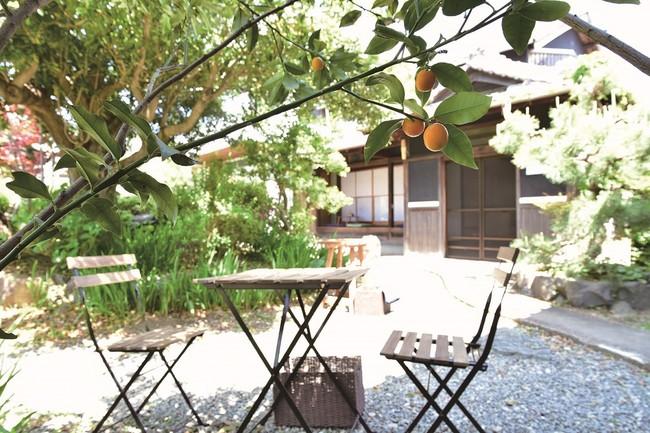 古民家をリノベーションしたショップとオフィス。カフェではお庭でゆったり過ごせます。