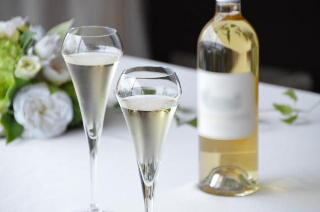 ご自宅に乾杯用のドリンクとグラスをお届けします(イメージ)