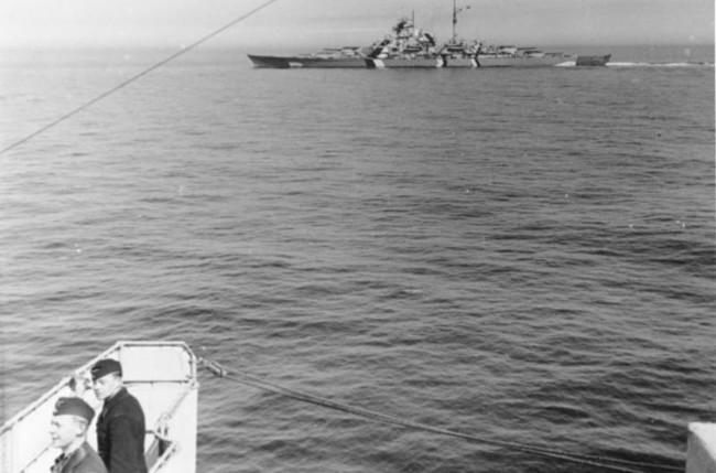 「ライン演習」作戦におけるビスマルク(画面奥)。僚艦の「プリンツ・オイゲン」から撮影したカット。