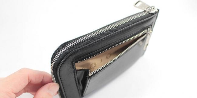 裏面のポケットにはマチをもたせ、コインの出し入れもスムーズ