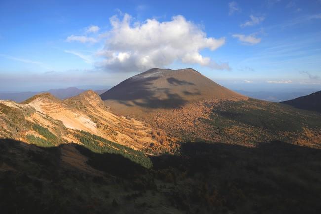 「小諸でてみろ 浅間の山に 今朝も煙が 三筋立つ」と 小諸馬子唄にうたわれる活火山・浅間山。 雄大な自然は動植物の宝庫でもある。