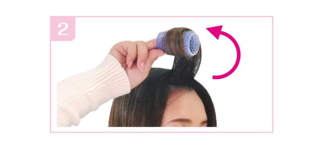 根元の髪がたるまないよう、垂直を保ったまま巻いていきます。