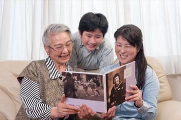 懐かしい写真とともに、幼少期から現在に至るまで、子供の成長も含め振り返る自分史です。ご自宅に訪問して、お話を伺います。お客様は思い出の昔話をするだけ。