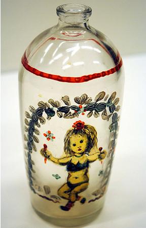 「ガラス瓶(マラカスを持つ子供)」 1965年 油彩・ガラス瓶 H14cm