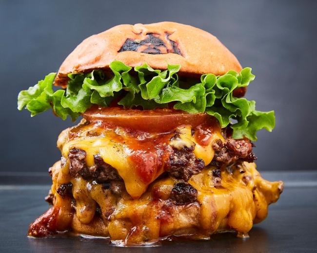 定番!和牛100%のパテを使った「ダブルチーズバーガー」