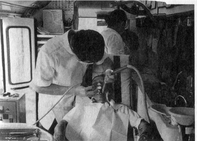 1993年当時の訪問歯科の様子。当時は歯科用往診車の中で診療していました。
