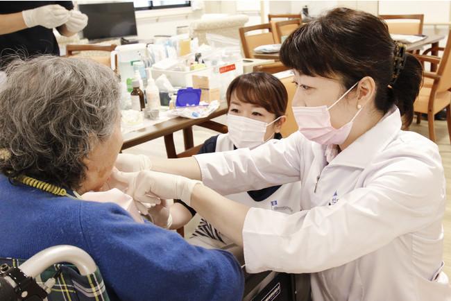 施設での診療の様子(現在はフェイスシールドとゴーグルも着用しています)