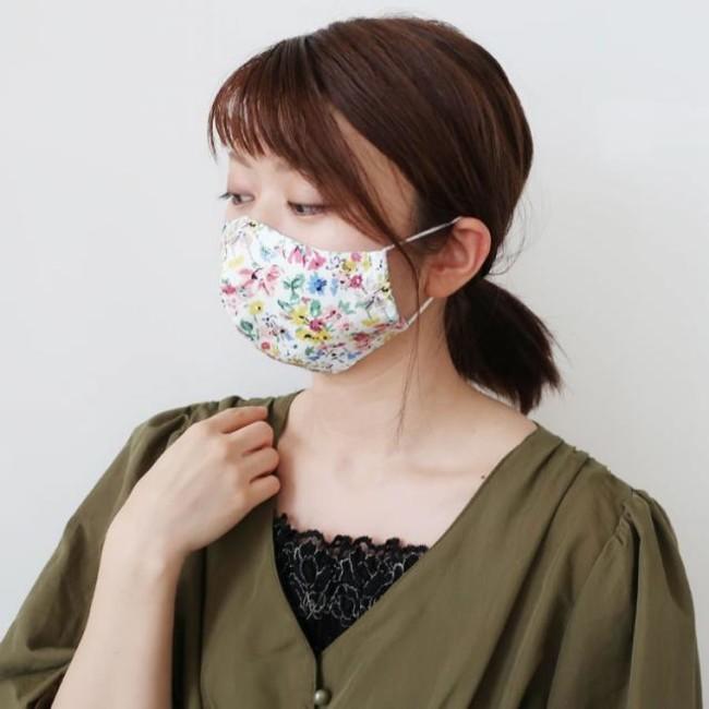 接触冷感素材を裏地に使用した、フラワープリントマスク 替えのカラーゴムもセットで ¥550