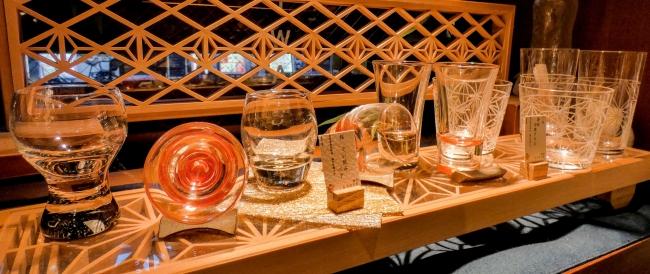 花びらぐいのみショットグラスペア (赤・黒) 5,500円+税 その他、ぐいのみ、冷酒グラス
