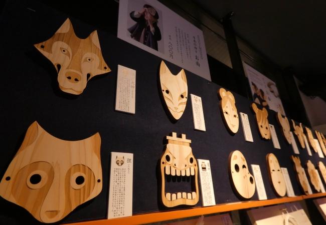 日本の杉の木で作られた十二支お面シリーズ。裏面には、神社で祈祷していただいた紙で作ったお守りシールが貼られています。ご自身の干支をお守りに。