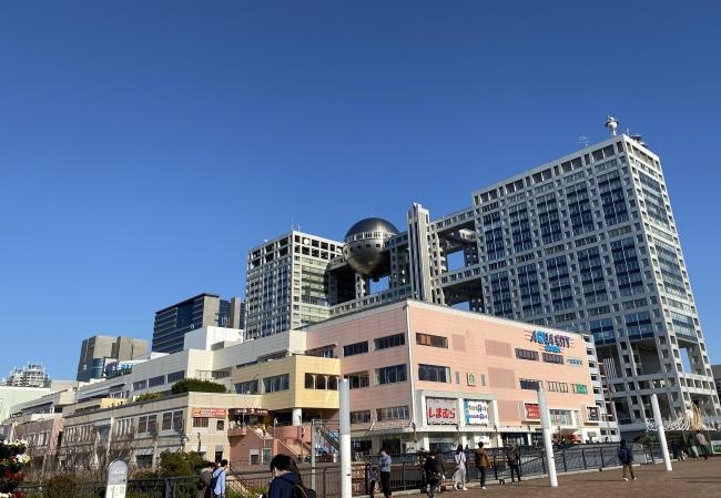 アクアシティお台場は、お台場海浜公園に隣接し、レインボーブリッジ越しに都心を臨む絶好のロケーションにある大型複合ショッピングセンターです。