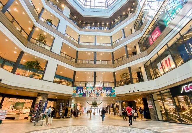 地上6階建てのフロアに、100を超えるグルメ・ショッピング・エンターテインメントを楽しめる施設が集結。