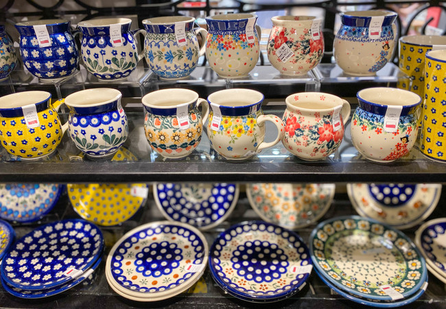 Polish Pottery(ポーリッシュポタリー) ドイツ国境に近いポーランド南西部の町、ボレスワヴィエツで作られている陶器のこと。スポンジによるスタンプや手書きを組み合わせた多種多様な絵柄が特徴です。