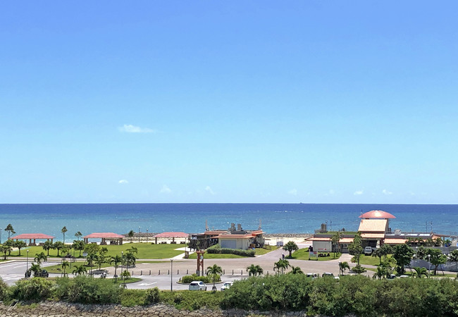 イーアス沖縄豊崎から、ちゅらSUNビーチを望む景色