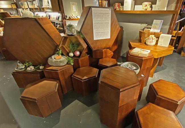 店内では、ゆったり座ってブレスレットの御作りなどができるスペースもございます。