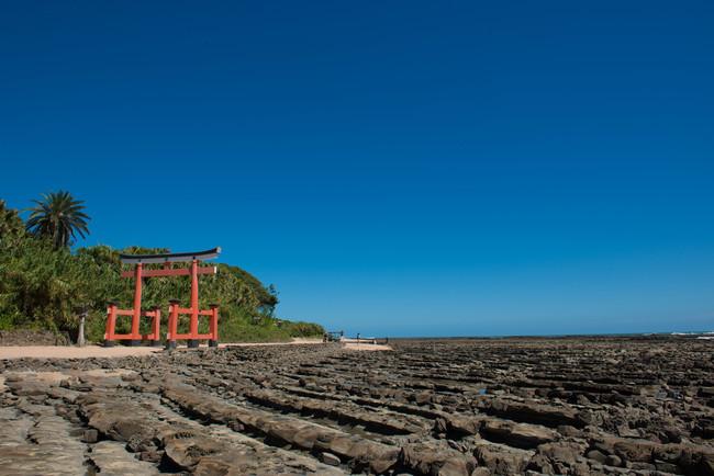 ANA ホリデイ・インリゾート宮崎から徒歩15分の距離にある青島。縁結びのご利益で知られる宮崎随一の人気スポットは、島全体が境内とも言われる青島の中央に社があり、島にかかる弥生橋を渡って参拝することができます。