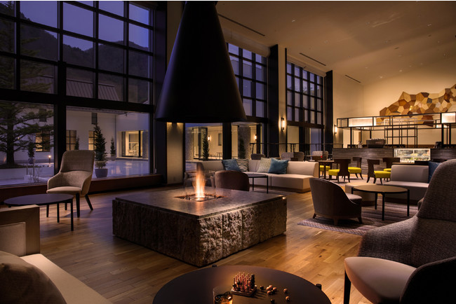 ANA ホリデイ・インリゾート信濃大町くろよん 2階ロビーの中心に鎮座する暖炉。やわらかくあたたかな灯を囲み、ゆったりと贅沢なときの移ろいを満喫いただけます。