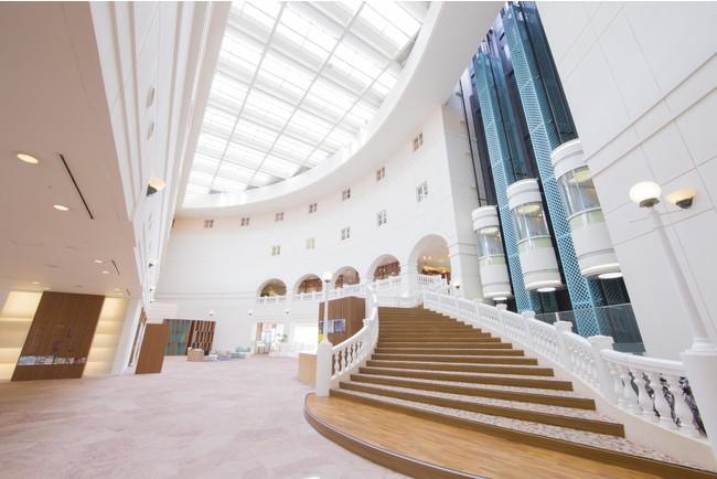 ANA ホリデイ・インリゾート宮崎 エントランスフロアからフロントをつなぐ螺旋階段