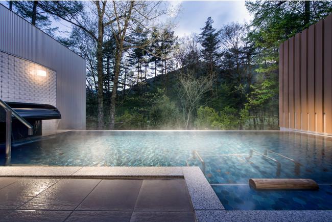 秘湯『葛温泉』から引いた100%かけ流しの天然温泉が楽しめる露天風呂。遮るものが一切なく周囲の森に囲まれながら、朝日、木漏れ日、夕日、満点の星空まで1日を通じて温泉でリラックスいただけます。