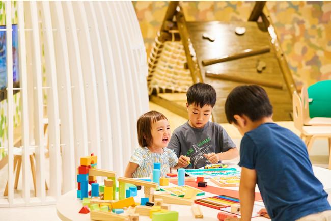 ANA ホリデイ・インリゾート信濃大町くろよん2階に位置するキッズクラブ。大町の周囲の森をイメージしたぬくもりのある内装で、のびのびとした空間を思う存分かけまわることができます。大きな木製の遊具や木工玩具等、遊び中からお子様の自由な発想と創造性を育みます。