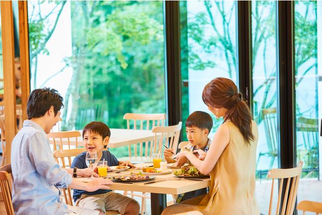 ANA ホリデイ・インリゾート信濃大町くろよん2階に位置する「ボタニカ」レストランで、長野・信州の旬の食材を使った和洋折衷のカジュアルダイニングを堪能。『Kids Stay & Eat Free』で12歳以下のお子様のご飲食が専用メニューから無料提供。