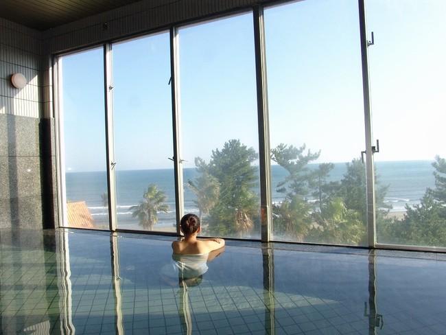 ANA ホリデイ・インリゾート宮崎3階に位置する温泉。炭酸水素イオンが日本屈指の含有量で少しとろみのある「美肌の湯」の青島温泉に浸かりながら、オーシャンフロントビューを堪能できます。