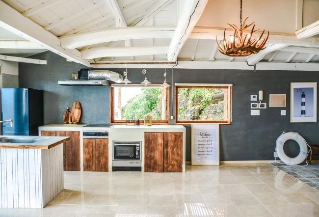 キッチンはかなり充実。オーブンレンジに、食器洗浄器、大型冷蔵庫、IHコンロ3口、そのほか必要なものはほぼ揃います。水栓はハンスグローエ社の美しくて人工工学に基づいたエルゴノシックハンドルを採用。