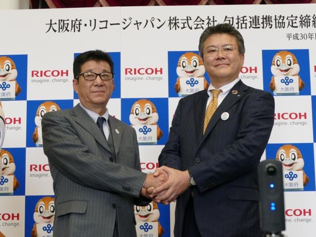左から、 大阪府 松井知事、リコージャパン 坂主社長執行役員