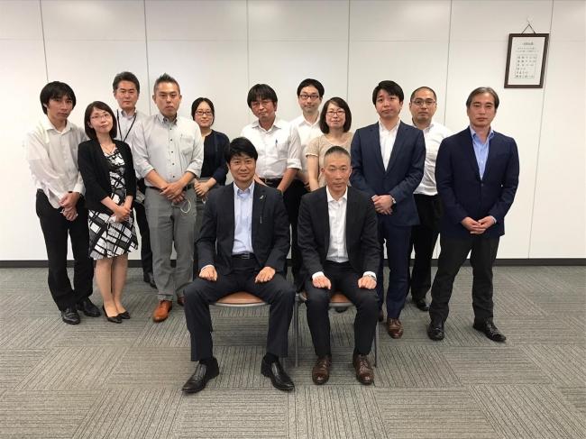 開発チームと共に。一列目左が代表取締役社長 原田雅充