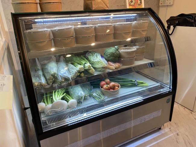 店内にて新鮮な野菜も販売