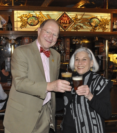 チャールズ・フィンケル氏(左)と妻のローズアン・フィンケル氏(右)