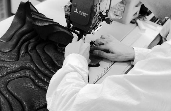 創業65年を超えるアーバン工芸。職人による革手袋加工技術がTIDEを支える。