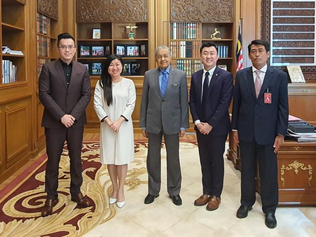 創業者ダトー・リョン・サー・レイがマレーシア前首相マハティール氏と会談