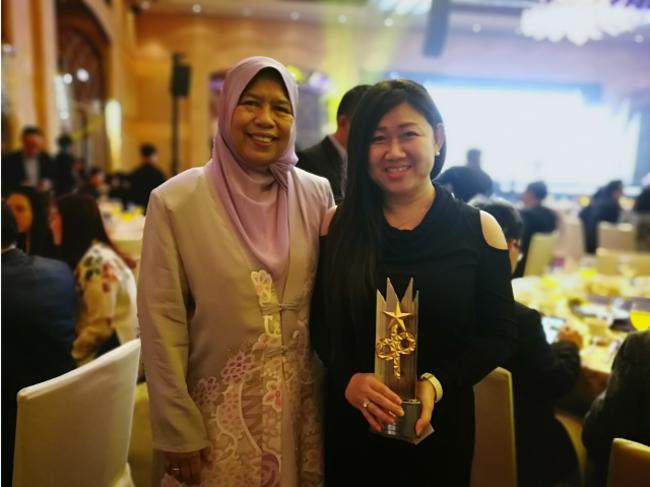弊社創業者、ベストアイコニック開発賞授賞式にてマレーシア不動産大臣と(写真右)