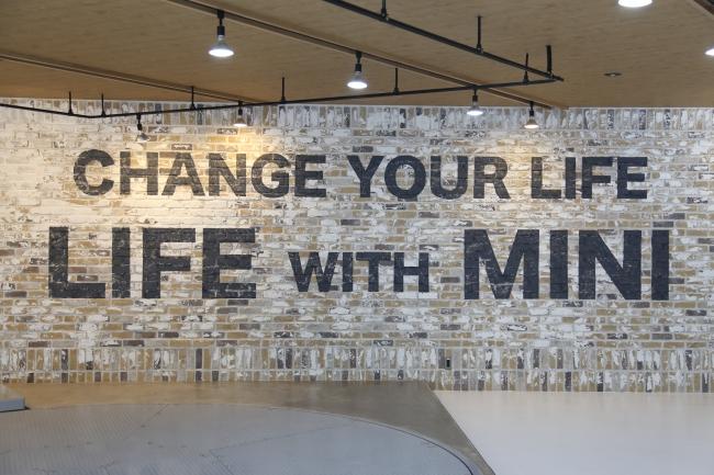 iRのコンセプトである「Life with Mini」をエイジング加工されたレンガ壁面にレイアウト