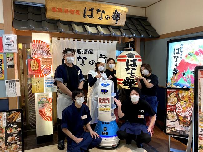 阪急大井町ガーデン店スタッフと配膳ロボット