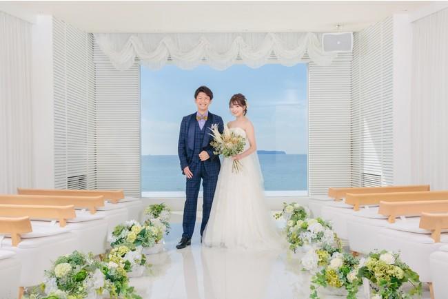 【福津店】チャペル「Chapel The Suite Ocean」大きなガラス窓の向こう一面に真っ青で美しい海が広がる