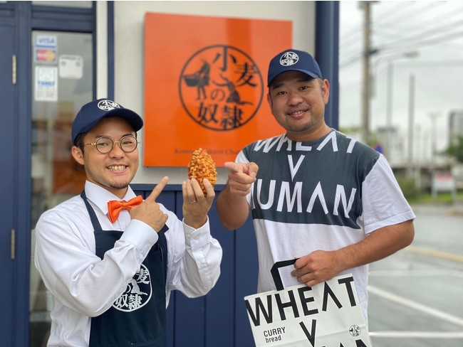 (左)カイロス店長 (右)北谷店オーナー比嘉大輔さん