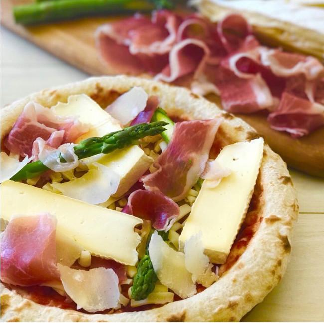 熟成ブリーチーズとパルマ産生ハムのピザ