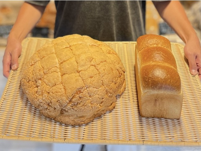 ジャンボメロンパン(左)