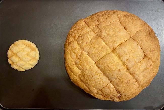 「メロンより高い!?ジャンボメロンパン」(右)