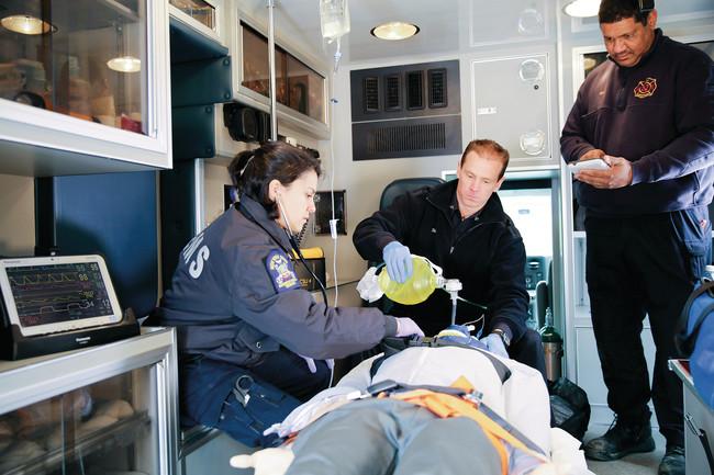 救急車内における救急現場活動シミュレーションの様子