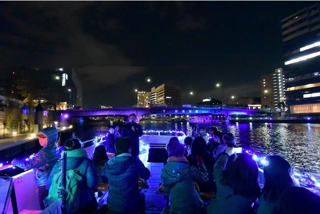 幻想的にライトアップされた運河沿い。昼間とはひと味違う一面が見られます。※写真はイメージです。