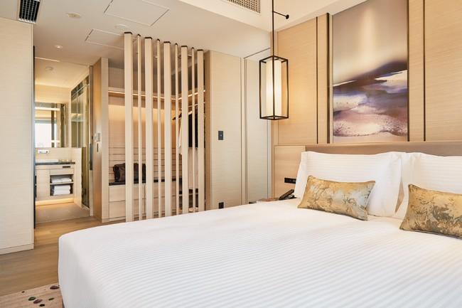 豪華な'ワンベッドルーム'は、独立リビング、フルキッチン、バスルーム、ウォークインクローゼットを備えたラグジュアリーな広い空間。