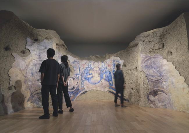 スーパークローン文化財の技術で復元されたバーミヤンE窟仏龕および天井壁画《青の弥勒》